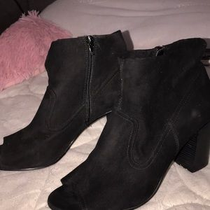 BLACK HALF BOOT OPEN TOED HEELS